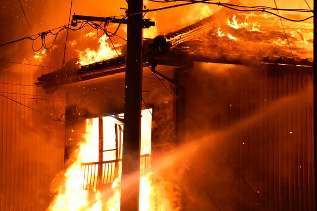 日本一繁华街道突发大火 一家三口死亡