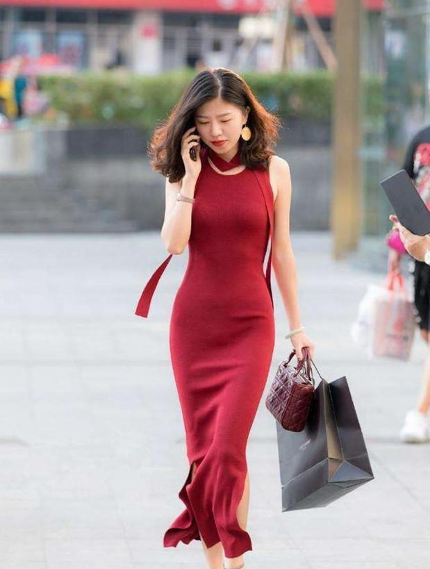 街拍:美女红色露脐装,天使面孔,魔鬼身材,身姿娇小保护欲爆棚