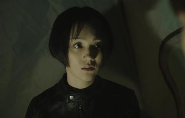 《沙海》,沈琼穿皮衣出场,介绍自己名叫霍小媛