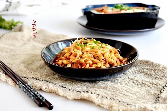 黄豆芽这样做微辣香脆,一点不比炒着炖着吃差,拌米饭最佳