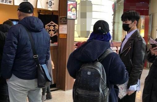杨洋排队吃饭被偶遇 粉丝激动:
