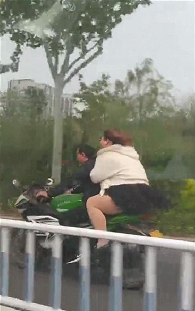 实拍川崎250摩托车,车价4.3万,本不会在意,但后座的人实在吸睛