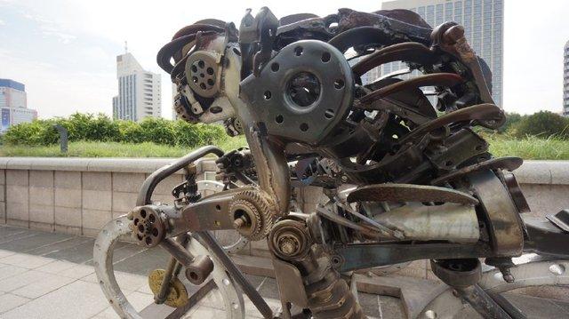 济南泉城广场现奇雕塑 变废为宝创意钢雕