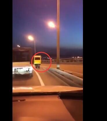 唉呀妈呀笑尿 为过桥伪装成公交