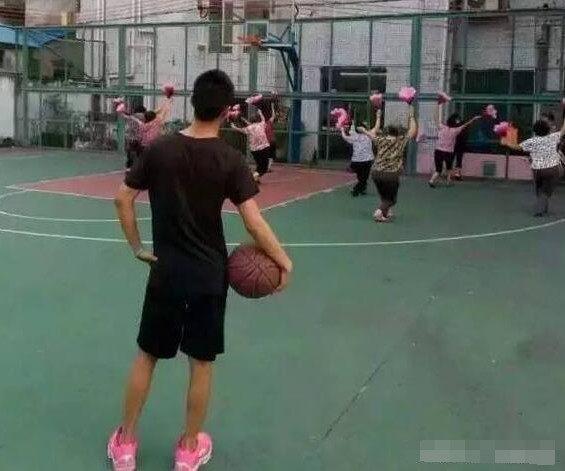 对篮球场变广场舞和稀泥,伤害契约精神底线,会溅所有人一身泥!