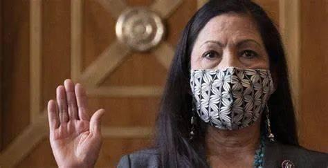 28歲才上大學的單親媽媽,成瞭美國首位原住民內閣部長