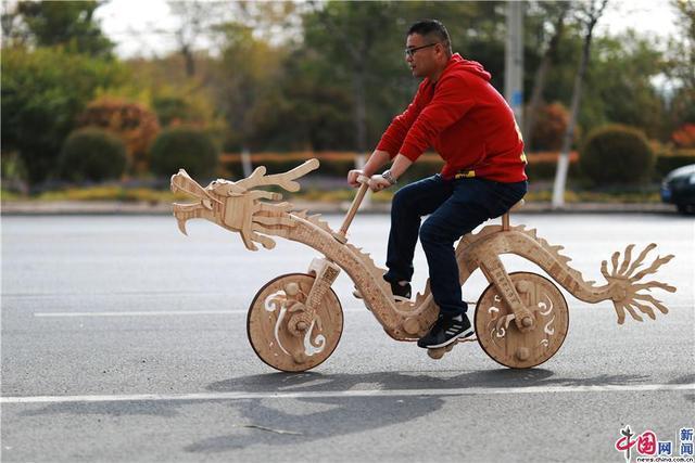辽宁小伙2.2万根雪糕棍创作一台自行车 骑在路上特拉风