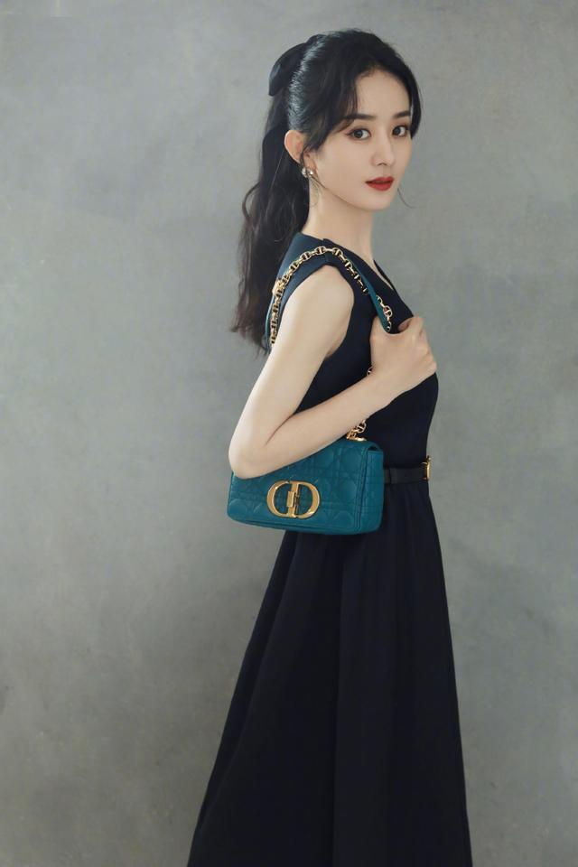 營業的趙麗穎真美,穿簡約黑色連衣裙,蹺二郎腿還盡顯溫婉的氣質