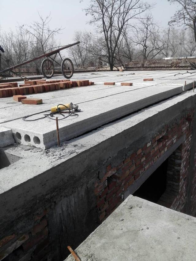 屋面板不用混凝土现浇,预制板搭建好就完工,这房子住着结实吗?