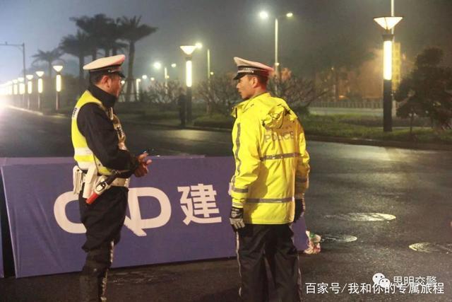 思明交警身穿润鑫反光雨衣坚守11小时护航2019年厦门马拉松赛