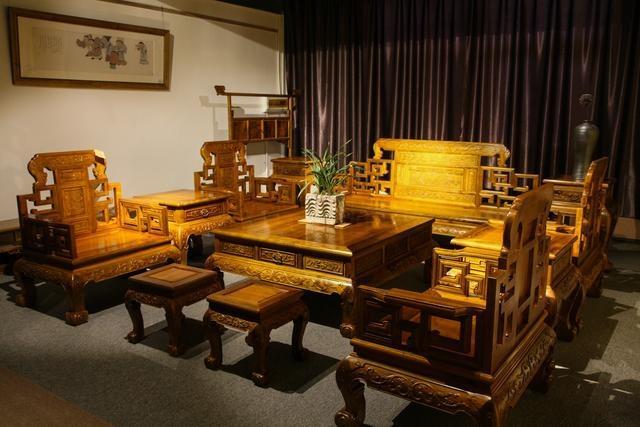 名阁木艺,十六年专注于中式家具、新中式家具研发、生产、销售与服务。坚持传统手工技艺,打造最具味道的中式文化家具。名阁木艺以成品加定制,实现成品中式家具加新中式装修加中式家具全屋定制,以及仿古门窗定