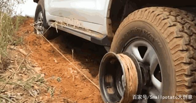 美国发明汽车脱困神器,轮胎陷入泥坑,只要一根绳子自救