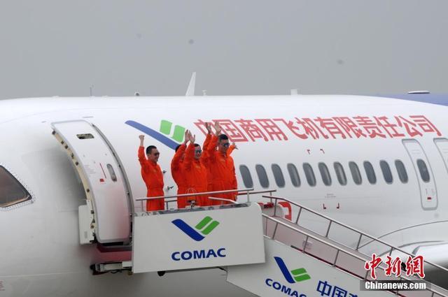 2017年5月5日,中国首款国际主流水准的干线客机C919在上海浦东国际机场成功首飞。图为C919机组人员出舱。 中新社记者 孙自法 摄